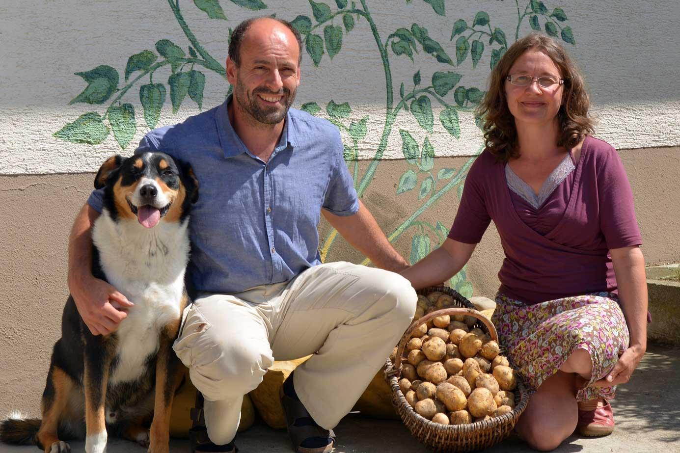 Hubert und Andrea Göhring freuen sich auf den Hoftag. Mit dabei ist auch Hund Max. Foto: Christoph Klawitter